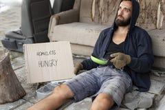 Bezdomny żebrak w ulicie zdjęcie royalty free