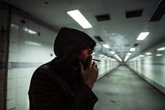 Bezdomny Dorosłej kobiety dymienia papierosu nałóg obraz stock