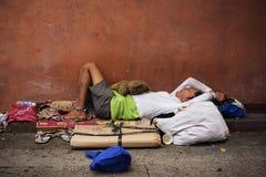 Bezdomny filipiński mężczyzny dosypianie przy ulicą fotografia stock