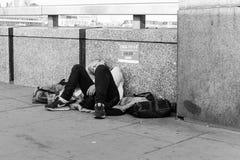 Bezdomny kobiety dosypianie w ulicie Obrazy Royalty Free