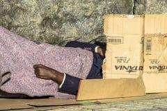 Bezdomny mężczyzn spać zdjęcia royalty free