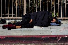 Bezdomny mężczyzna śpi na ulicach Hollywood, Los Angeles, CA zdjęcie royalty free