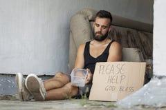 Bezdomny mężczyzna błagać zdjęcie stock