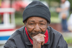 Bezdomny mężczyzna główkowanie zdjęcie royalty free