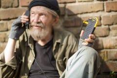 Bezdomny mężczyzna mienia energii słonecznej władzy bank Zdjęcie Royalty Free