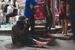 bezdomny mężczyzna obsiadanie dalej Fotografia Royalty Free