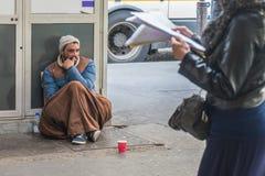 Bezdomny mężczyzna obsiadanie na ulicie Obrazy Stock
