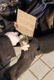 Bezdomny mężczyzna utrzymuje blaszanym dla pieniądze Obrazy Royalty Free