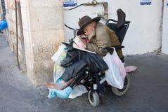 Bezdomny mężczyzna w wózku inwalidzkim Zdjęcia Royalty Free
