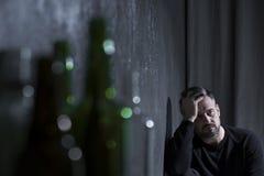 Bezdomny mężczyzna z migreną zdjęcia stock