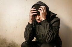 Bezdomny mężczyzny lek, alkohol i uzależniamy się siedzący przygnębiony na i samotnego uliczny czuciowy niespokojnym osamotniony  fotografia stock