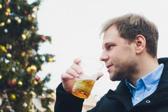 Bezdomny m??czyzna pije piwny outside w ulicie zdjęcia stock