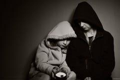 Bezdomny matkuje z jej córką zdjęcie royalty free