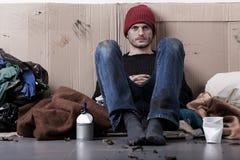 Bezdomny mężczyzna utrzymanie na ulicie Zdjęcia Stock