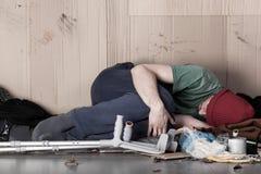 Bezdomny obezwładniający obsługuje na ulicie zdjęcie royalty free