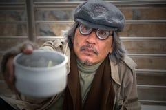 Bezdomny starszy dorosły mężczyzna obsiadanie i błagać w wiadukcie fotografia royalty free