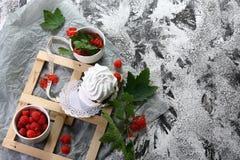 Beze, beza jest Francuskim deserem, czerwoni jagoda rodzynki Jajeczni biel z cukierem batożącym i piec z świeżymi jagodami, Deser obrazy royalty free