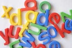 Bezeichnen Sie Kühlraummagneten mit Buchstaben lizenzfreies stockbild