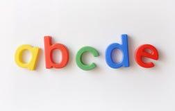 Bezeichnen Sie Kühlraummagneten mit Buchstaben stockbild