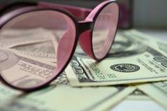 Bezeichnungen von $ 100 durch rosenrote Gläser lizenzfreies stockfoto