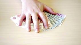 Bezeichnungen von 5.000 Rubeln, von 100 Euros und von 100 Dollar auf dem Tisch ausgebreitet stock video