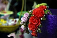 Bezel με τα τριαντάφυλλα από Foamiran Φωτεινή διακόσμηση για την τρίχα του εκταρίου Στοκ Εικόνες