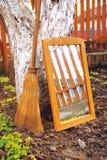 Bezem en spiegel Stock Afbeelding