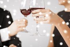 Bezet paar met wijnglazen royalty-vrije stock foto