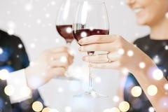 Bezet paar met wijnglazen stock afbeelding