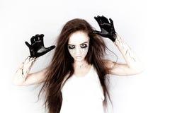 Bezeten door geesten, tovert een meisje met kneuzingen onder haar ogen en zwarte aders haar handen concept Halloween en dag van D royalty-vrije stock foto