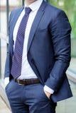 Bezgłowy biznesmen w błękitny kostiumu stać plenerowy obrazy royalty free