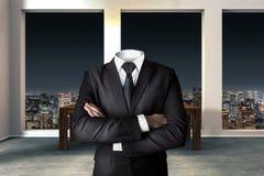 Bezgłowy biznesmen z krzyżować rękami w nowożytnym miastowym biurze fotografia stock
