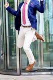 Bezgłowy biznesmena doskakiwanie przed budynkiem biurowym zdjęcie royalty free