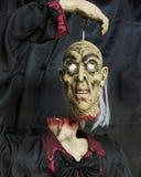 Bezgłowy kamerdyner trzyma jego swój zawieszający głowa obrazy stock