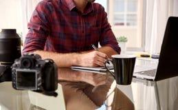 Bezgłowa uprawa fotograf przy jego domu workspace Obraz Stock