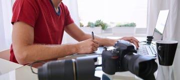 Bezgłowa uprawa fotografii kreatywnie ruchliwie retuszerka Fotografia Stock