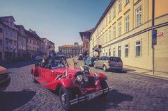 Bezienswaardigheden bezoekend rode retro convertibele auto Stock Foto's