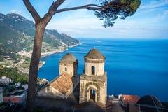 Bezienswaardigheden bezoekend Villa Rufolo en het is tuinen in Ravello-bergtop plaatsend op mooiste kustlijn van Italië de, Ravel stock fotografie