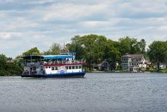 Bezienswaardigheden bezoekende cruiseboot Stock Foto's