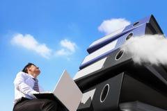 Bezig bedrijfsmens en Wolken Gegevensverwerkingsconcept Stock Foto