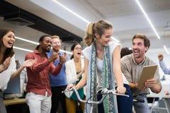 Bezig in bureau met bedrijfsmensen die succes bereiken royalty-vrije stock foto's