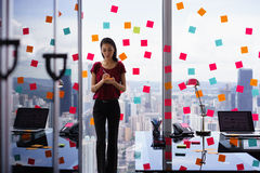 Bezig Person Writing Many Sticky Notes op Groot Venster stock fotografie