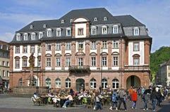 Bezig terras voor het oude stadhuis in Heidelberg stock foto's