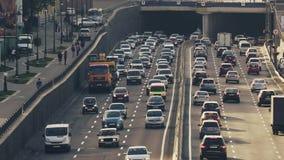 Bezig verkeer op de autosnelweg stock video
