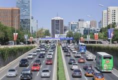 Bezig verkeer op derde Ring Road, het centrum van Peking, China Stock Fotografie