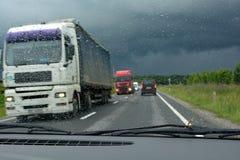 Bezig verkeer op roan in een regenachtige dag Stock Foto