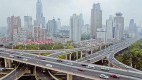 Bezig verkeer over viaduct in moderne stad, Shanghai, China stock videobeelden