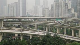 Bezig verkeer over viaduct in moderne stad, Shanghai, China stock footage