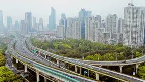 Bezig verkeer over viaduct in moderne stad, Shanghai, China stock video