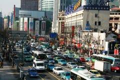 Bezig verkeer in Shanghai Stock Afbeeldingen